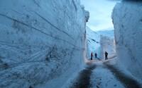 Fotograf zachytil kolosální lavinu ve francouzských Alpách. Až sedmimetrový příval sněhu odřízl celou vesnici