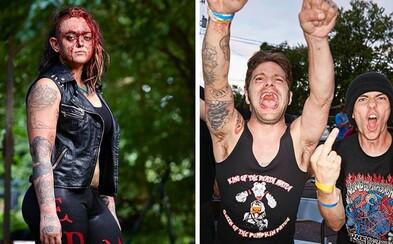 Fotograf zdokumentoval najdrsnejšiu podobu wrestlingu. Hlava-nehlava sa mlátia muži i ženy