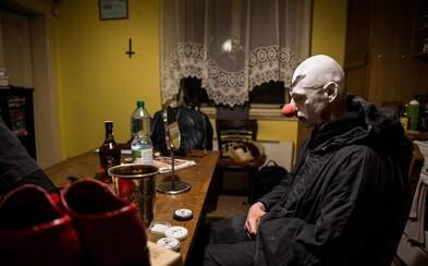 Fotograf zdokumentoval satanistov sídliacich v nenápadnom dome na okraji Prahy. Ako prebiehajú ich rituály?