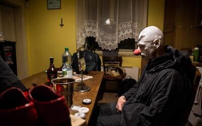 Fotograf zdokumentoval satanisty sídlící v nenápadném domě na okraji Prahy. Jak probíhají jejich rituály?