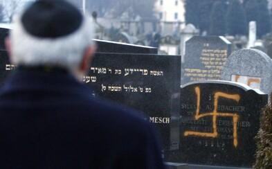 Fotografie přeživších holocaustu ve Vídni pokreslili hákovými kříži