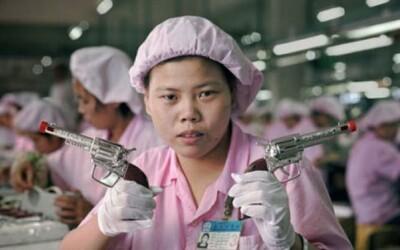 Fotografie z čínskej továrne na výrobu hračiek