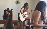 Fotografka dokázala na nahých záběrech zobrazit energii, spontánnost a odvázanost dnešní mládeže
