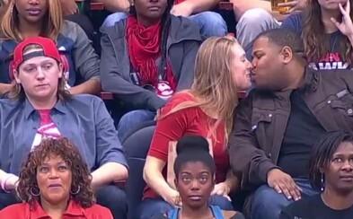 Přítel se na ni v líbací kameře vykašlal, a tak dala pusu neznámému chlapíkovi vedle. Její přítel pak naštvaně odešel