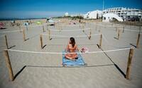 Francouzi vyřešili bezpečnou vzdálenost na plážích. Musíš si zarezervovat povinnou rezervaci v ohrádce