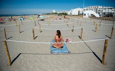 Francúzi vyriešili bezpečnú vzdialenosť na plážach. Musíš si zarezervovať povinnú rezerváciu v ohrádke