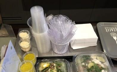 Francúzsko sa stalo prvou krajinou, ktorá zakázala plastové poháre, taniere a príbory