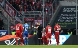 Hráči Bayernu a Hoffenheimu jen chodili po hřišti, neměli brankáře a mluvili mezi sebou, důvodem byli fanoušci