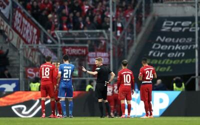 Fraška, hráči Bayernu a Hoffenheimu len kráčali po ihrisku a nemali brankárov, rozprávali sa medzi sebou. Dôvodom boli fanúšikovia