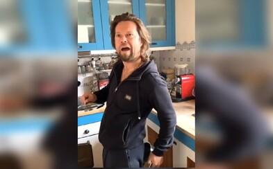 Frontman kapely Kryštof Richard Krajčo je TikTokerem. Prdí do hrnce, s tanci mu pomáhají jeho děti