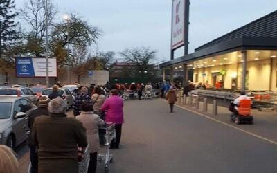 Fronty před obchody: Lidé se bojí, že na ně nevyjdou košíky