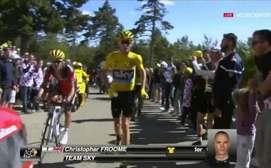 Froome prišiel o žltý dres. Po zrážke s motocyklom musel do cieľa utekať po vlastných!