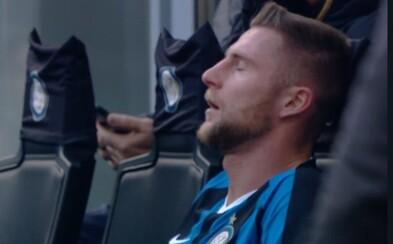 Futbalisti Interu Miláno možno prekonali koronavírus už v januári. Škriniar na tejto fotografii počas zápasu skoro odpadol