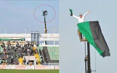 Futbalovému fanúšikovi zakázali vstup na štadión, tak si prenajal žeriav. Svoj obľúbený tím sledoval z výšky