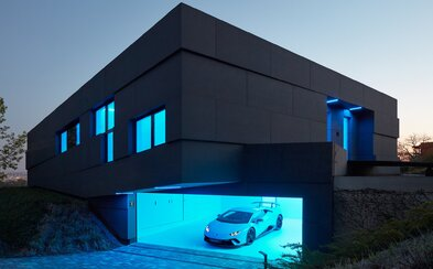 Futuristický design, podsvícení a Lamborghini v garáži. Český pár si po návratu z Kanady dopřál bydlení snů