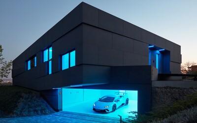 Futuristický dizajn, podsvietenie a Lamborghini v garáži. Český pár si po návrate z Kanady doprial bývanie snov