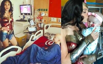 Gal Gadot rozdávala v kostýme Wonder Woman dobrú náladu medzi malými pacientmi v detskej nemocnici