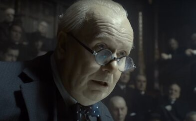 Gary Oldman diriguje ako Winston Churchill v spin-offe pre vojnový Dunkirk strhujúci a pravdepodobne oscarový herecký koncert (Recenzia)