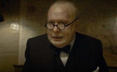 Gary Oldman podstúpil nepredstaviteľnú premenu a v dráme Darkest Hour je z neho Winston Churchill. Debutový trailer sľubuje slušnú drámu