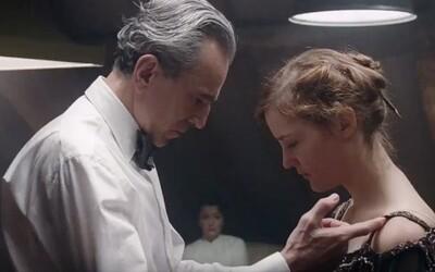Geniálny Daniel Day-Lewis nachádza v dramatickom traileri svojho posledného filmu mladučkú múzu, ktorá podľahne jeho psychologickým hrám