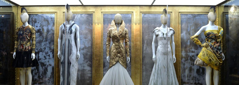 Génius s komplexami, autor nohavíc s vykúkajúcim zadkom a dizajnér, z dielne ktorého boli svadobné šaty vojvodkyne Kate
