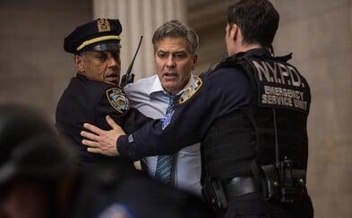 George Clooney je s bombou na hrudi a pišťoľou pri hlave rukojemníkom finančne ubitého teroristu