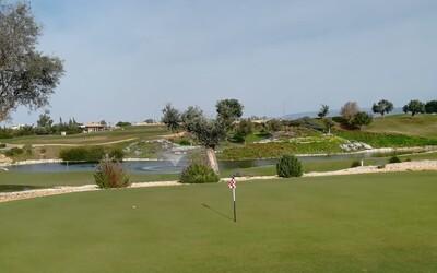 Golfové ihrisko pri Nitre funguje aj napriek zákazom, policajti si s golfistami nevedia rady