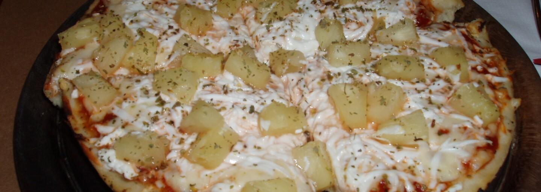 Gordon Ramsay splnil svůj slib a na Facebooku živě snědl ananasovou pizzu, kterou z celého srdce nenávidí