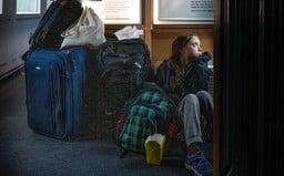 Greta Thunberg přidala fotku, jak sedí na zemi v plném vlaku. Ve skutečnosti se však o ni část cesty starali v první třídě