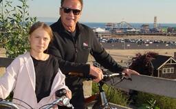 Greta Thunberg sa vozila na bicykli s Arnoldom Schwarzeneggerom. Nevedel sa dočkať, kedy aktivistku predstaví svojej dcére