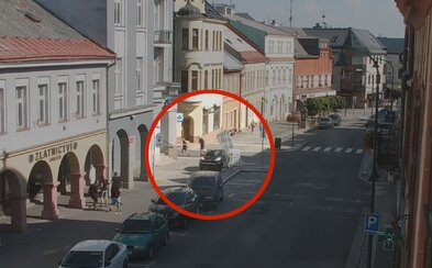 GTA na českých cestách: Vodič unikal po chodníku a ľudia uskakovali