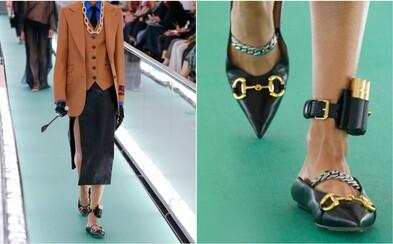 Gucci čelí kritike. Značka navrhla dámsku obuv s doplnkom pripomínajúcim elektrický náramok pre väzňov