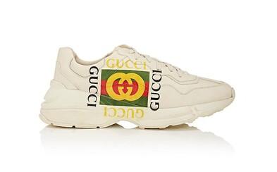 Gucci se přidává novými teniskami k nejnovějším trendům v obuvi. Nezapomíná ani na kultovní logo, které zdobí značnou část