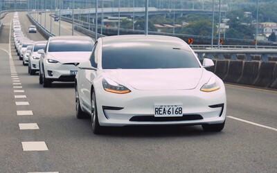 Guinnessov rekord pre elektromobily Tesla? Viac ako 100 vozidiel s autopilotom sa premávalo diaľnicou