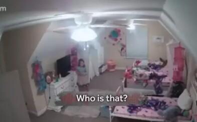 Hacker sa nabúral do bezpečnostnej kamery v izbe 8-ročného dievčaťa. Strašil ju a hovoril jej, že je Santa Claus