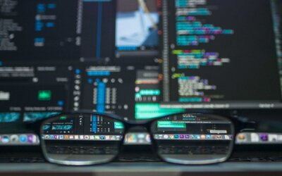 Hackeři by mohli tvůj počítač zničit pomocí vysokofrekvenčního zvuku. Jak nebezpečný je sonický útok?