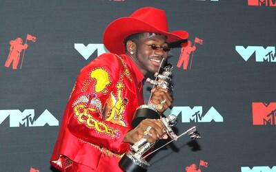 Had kolem krku, odhalené křivky či westernový klobouk. Outfity na letošních VMAs byly úžasné