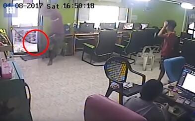 Had nepozorovane vtrhol do kaviarne, ľudia od strachu takmer zničili celú miestnosť. Video plné paniky baví internet