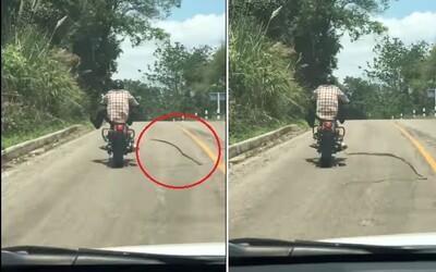 Had se za jízdy vrhl na motorkáře, ten v poslední chvíli stihl uhnout. Stresující zážitek by s horším postřehem mohl dopadnout katastrofálně