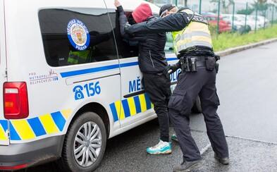 Hajlující dvojice v autobuse tahala dítě z kočárku rodiny snědé pleti