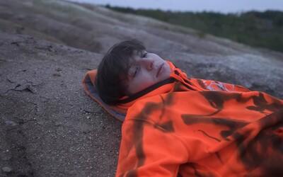Hasan ve videoklipu Zítra souzní s přírodou. Oslavuje život, přestože na něj nemá návod