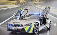 Hasiči zveřejnili fotky bouraného policejního BMW i8. Auto skončilo v nepoužitelném stavu