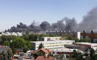 Hasičom sa podarilo zlikvidovať požiar v bratislavskej Vrakuni, na mieste muselo zasahovať viac ako 80 hasičov