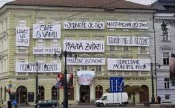 """""""Havel na hrad"""" a """"Pravda zvíťazí"""": Na Slovenskej národnej galérii visia heslá Nežnej revolúcie, pripomínajú si jej 30. výročie"""