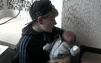 Hayden Cross se stal prvním těhotným Britem. Dárce spermatu přitom poznal přes Facebook