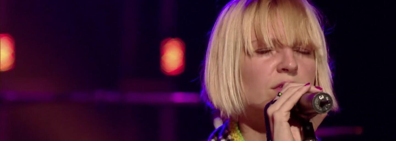 Heidi Klum podpaľuje dom v novom vášnivom klipe k piesni od Sii