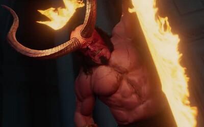 Hellboy v necenzurovaném traileru jezdí na pekelných dracích a démony seká na kusy