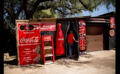 Hendrik je závislý na Coca Cole. Zbiera všetko, čo s ňou suvisí, denne jej vypije 4 litre a prehrabáva sa v kontajneroch