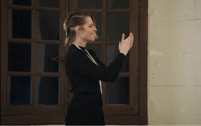 Herečka Kristen Stewart byla na módní přehlídce Chanel jedinou divačkou
