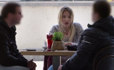Herečku z filmu V síti, která se vydávala za 12letou dívku, lákal pár k sexu. Žena se u soudu zhroutila